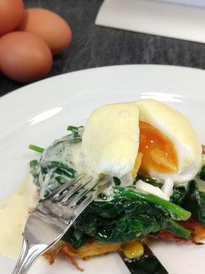 Novotel: Pochiertes Ei nach Benedikt Art auf Süßkartoffelrösti, sautiertem Blattspinat und Sauce Hollandaise