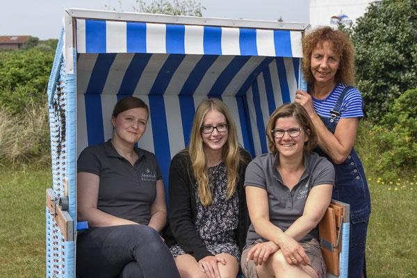 """Wir freuen uns auf Eure """"Sahnestückchen"""" Emails ... Maja, Annika, Maike und Daniela"""