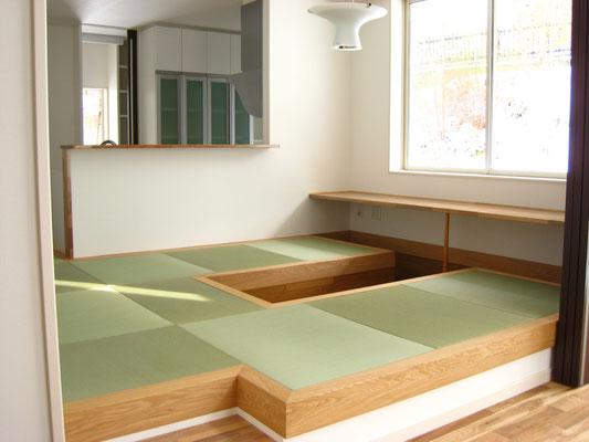 タタミ下収納と出窓にテーブルカウンター
