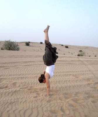 Handstand in der Wüste in Dubai