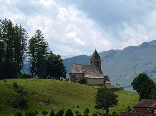 Einer der Flimser Naturperlen, der Lag Prau Pulté, und die Kirche von Falera an malerischem Ort.