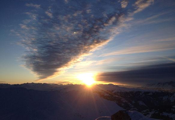 Aufstieg und Panorama-Aussicht bei Sonnenuntergang im Prättigau.