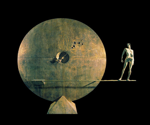Tightrope Walker–Confrontation / bronze / 220×265×60cm / 1989 / Nakatomi Memorial Medicine Museum[Tosu, Saga] 綱渡り師─対照 / ブロンズ / 中冨記念くすり博物館 [佐賀県鳥栖市]