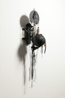 From the Darkness / wood, string, black lacquer, etc. / 178x30x50cm / 1980 「漆黒から」木、紐、黒のラッカーほか