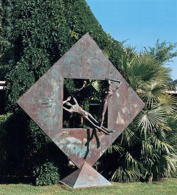 Confrontation / bronze / 295×280×90cm / 1992 対照 / ブロンズ