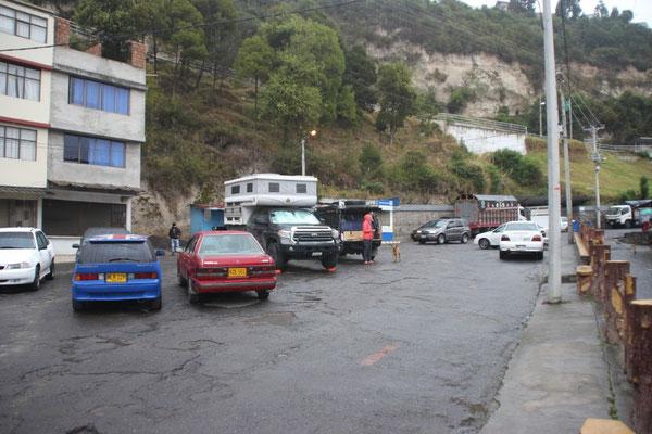 Unser letzter Schlafplatz in Kolumbien war mitten im Dorf auf dem Parkplatz.