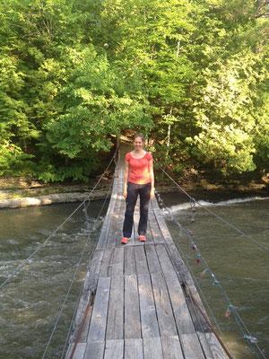 auf der wackeligen Hängebrücke