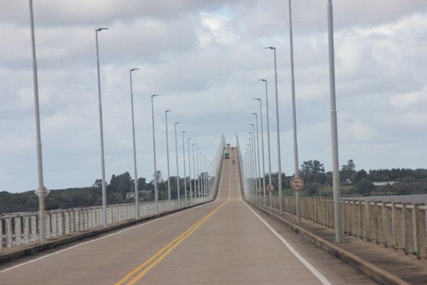 Die internationale Brücke verbindet Argentinien und Uruguay.