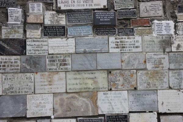 Die Dankestafeln fand man überall.