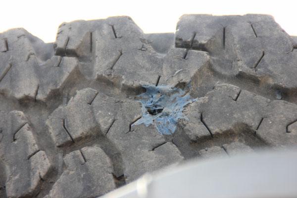 Man sieht das Loch mit blossem Auge. Das Blaue sind Leimrückstände von unserem Reparaturversuch.