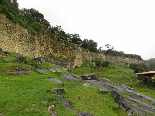 Eine hohe Mauer umgibt die Festung.