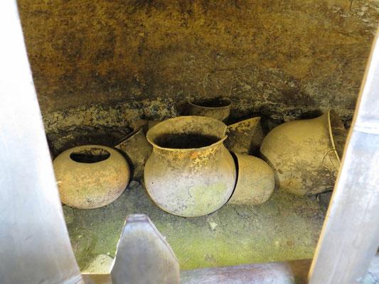 In einigen gab es noch ein paar Urnen.