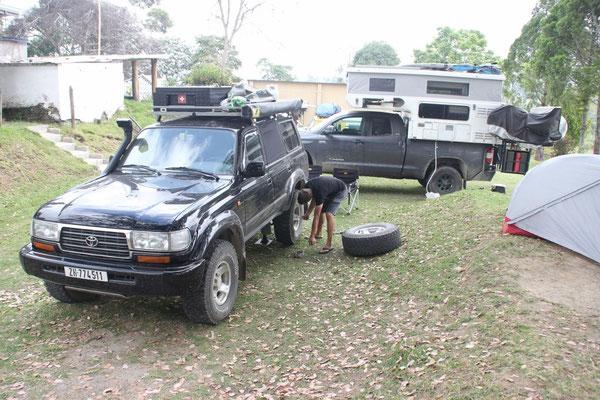 Lukas rotiert die Reifen. Im Hintergrund das Fahrzeug von Paula und John.
