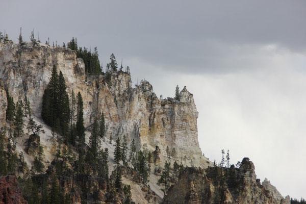 Die Felsen thronten wie Burgen über dem Abgrund.