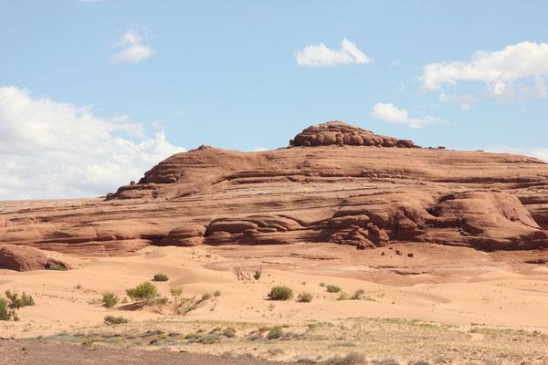 Das Dünengebiet von weiter weg, eingebettet in eine Felswand