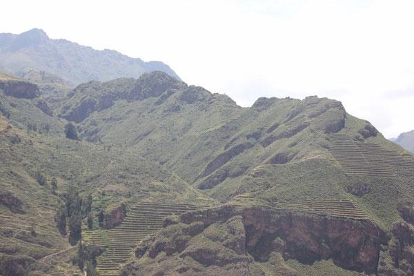 Auf diesem Hügel liegt Pisaq. Man erkennt die Terrassen und ein paar Ruinen.