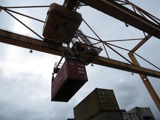 Wir sehen sogar noch, wie der Container mit dem riesigen Kran gebracht wird!