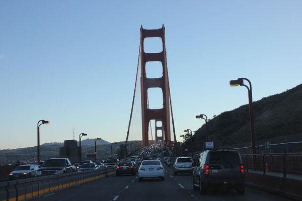 Durch den Stadtverkehr über die Golden Gate Bridge.