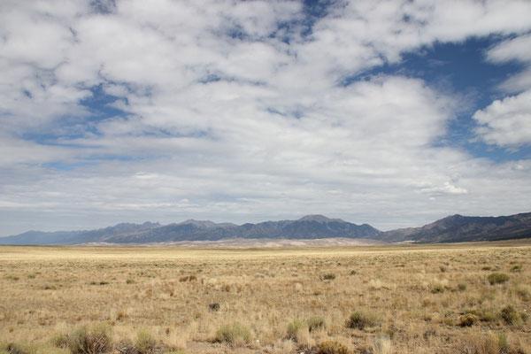 Von weitem sahen die Dünen vor den Bergen gar nicht mehr so hoch aus.