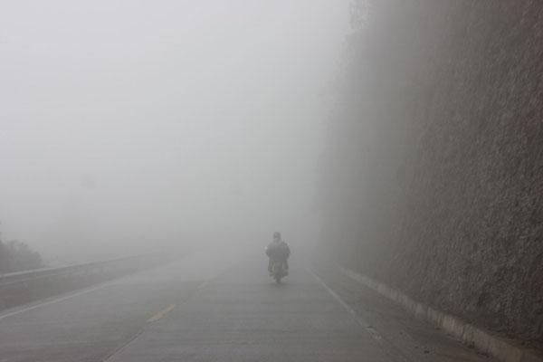 Hoch oben fuhren wir durch dichten Nebel.