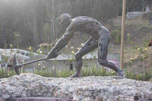 Statue eines Minenarbeiters vor der Salzkathedrale in Zipaquirá.