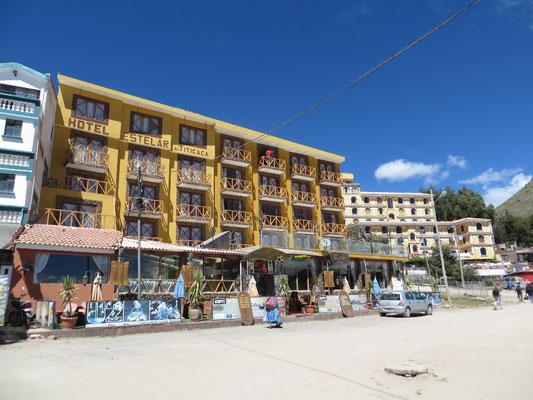 Das Ufer ist gesäumt von Hotels...