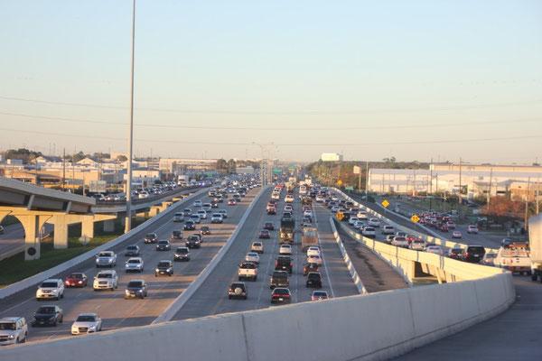 In wunderschönem Abendlicht steckten wir in Houstons Verkehr fest.