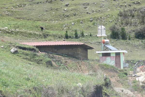 Schönes Haus unterwegs. Typisch für Peru: Wohnhaus, Klohäuschen (meist nur aus Wellblech) separat, selten ein Wassertank auf dem Dach, Hauswand bemalt mit politischer Werbung.