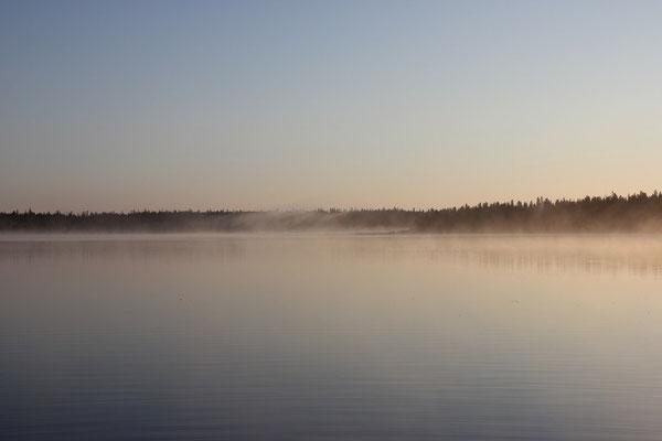 ... über dem dampfenden Moon Lake auf.