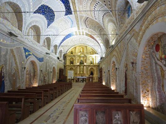 In der Kirche ist alles mit Mosaiksteinchen verziert.