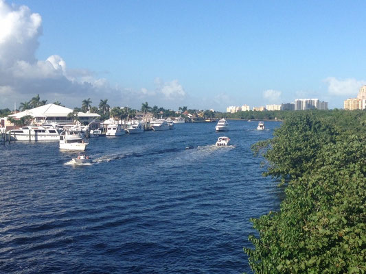 Die Stadt ist durchzogen von Kanälen, auf welchen man riesige Yachten antrifft.