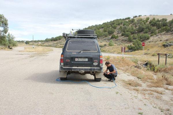 Da wir auf Schotter mit tieferem Luftdruck fahren, müssen wir vor der Strasse immer wieder pumpen. Zum Glück haben wir einen guten Kompressor verbaut.