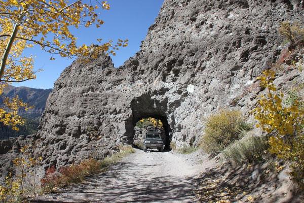 Der Weg auf den Imogene Pass führte durch dieses Tunnel.