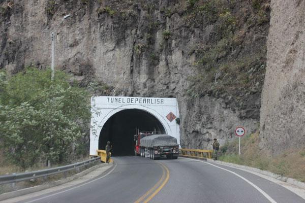 Vor dem Tunnel sieht man zwei Militärs stehen.