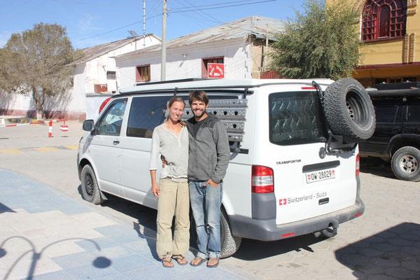 Heidy und Arnaud mit ihrem selbst ausgebauten VW T5.