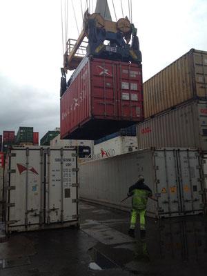Der Hafenmitarbeiter steht schon bereit, um das Siegel zu zerschneiden.