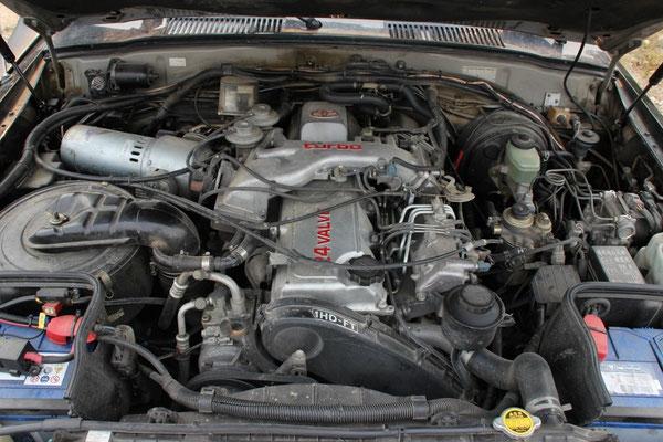 ...öffne die Motorhaube und den Öleinfülldeckel...