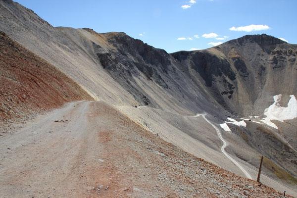 Der ziemlich steile Weg schmiegt sich an den Hang.