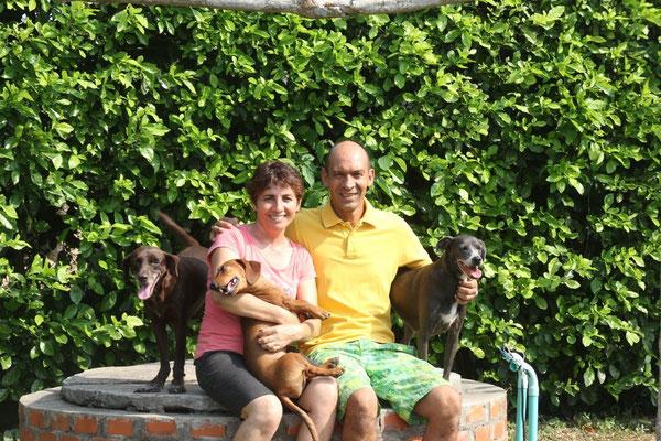 Gloria und Albeiro mit drei ihrer sechs Hunde.
