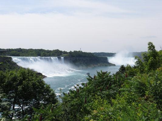Die Niagara Fälle, links die kleineren amerikanischen, rechts der kanadische Horse Shoe Fall