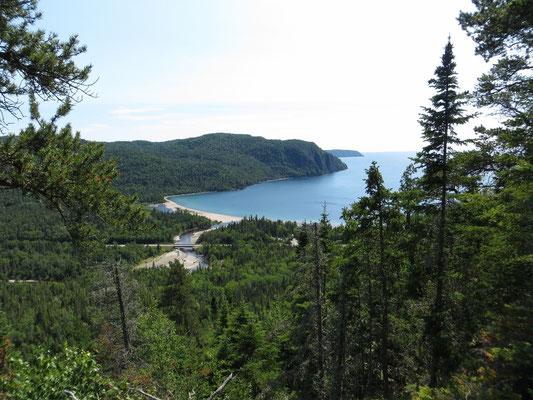 ... und belohnte uns mit einer wunderschönen Aussicht auf die Old Woman Bay und den Lake Superior.