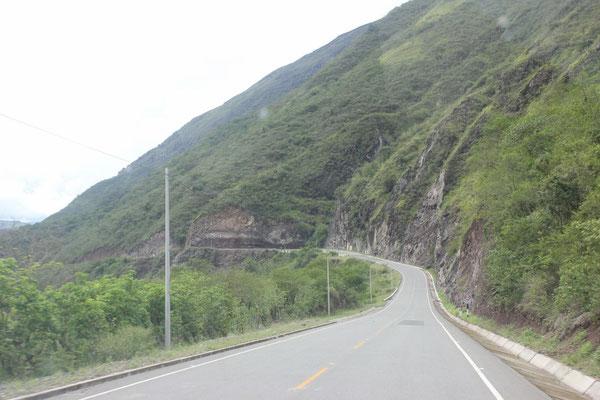 Gute geteerte Strasse direkt nach der Grenze in La Balsa.