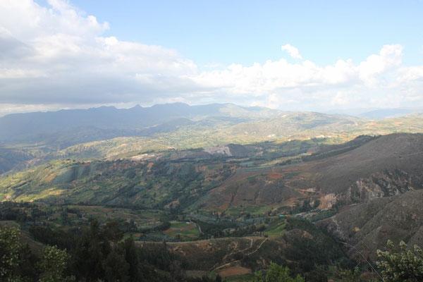 Die Aussicht von unserem Schlafplatz bei den Ruinen Marka Huamachuco.