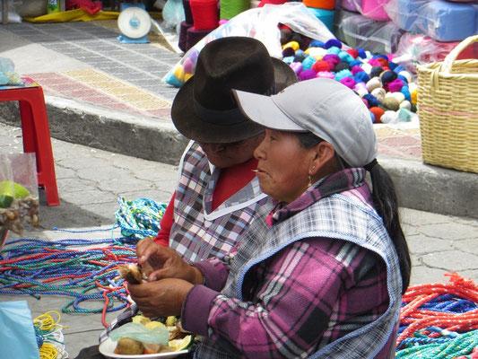 Viele Leute trugen traditionelle Kleidung.