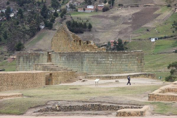 Unten die dunkleren Mauern eines Mondtempels der Kañaris, oben die helleren Mauern eines Sonnentempels der Inka.