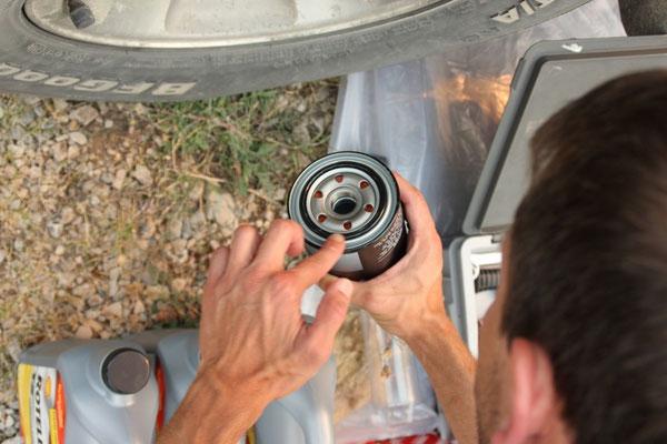 Den Dichtring des neuen Ölfilters mit frischem Motorenöl benetzen...