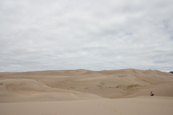 Lukas geniesst die Stille der Wüste.