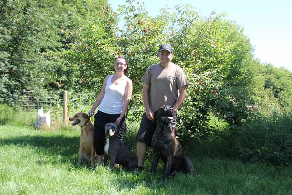 Vicky und Dominik mit ihren drei Hunden