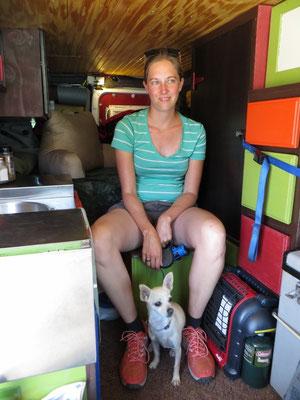 In James' Van mit seinem Hündlein Roxy.