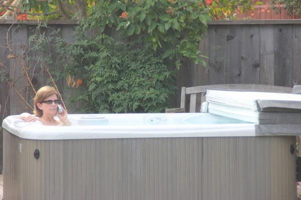 Annmarie in ihrem geliebten Hot Tub.